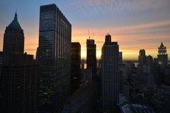 Mening van Manhattan Van de binnenstad bij Zonsondergang Royalty-vrije Stock Afbeeldingen