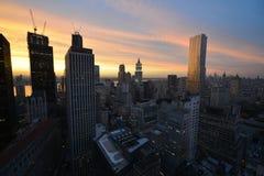 Mening van Manhattan Van de binnenstad bij Zonsondergang Stock Afbeelding