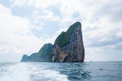 Mening van Maya Bay, Phi Phi-eiland, Thailand, Phuket Zeegezicht van de tropische Provincie van eilandkrabi Royalty-vrije Stock Foto's