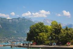 Mening van meer van Annecy met bergen op achtergrond royalty-vrije stock afbeeldingen