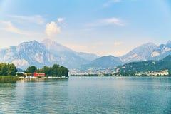 Mening van meer Como met geparkeerde boten en jachten dichtbij dorp van Pare, Lombardije, Italië royalty-vrije stock foto
