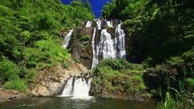 Mening van Meer door Waterval onder Bosbouw Rocky Hills stock video