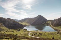 Mening van Meer Enol in het natuurreservaat van de meren van Covadonga Royalty-vrije Stock Foto's