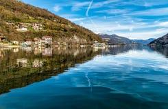 Mening van Meer lugano-Ceresio van Brusimpiano-dorp, provincie van Varese, Italië Stock Foto's