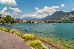 Mening van Meer Lugano in de zomer zonnige dag van Lugano, Zwitserland Stock Afbeeldingen