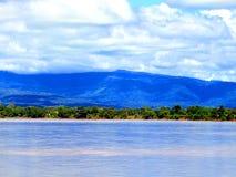 Mening van Mekong rivier met achtergrond stock afbeeldingen
