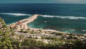 Mening van Melasti-Strand Ungasan, Bali van een klip stock videobeelden