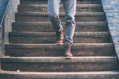 Mening van mens ` die s beneden met bruine leerschoenen de lopen royalty-vrije stock afbeelding