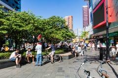 Mening van mensen die bij de het winkelen straat Binnenwegplein winkelen Royalty-vrije Stock Foto's
