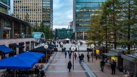 Mening van mensen die van het werk in Docklands, financieel centrum in Londen meeslepen Stock Foto's
