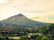 Mening van Merapi-berg van Ketep-Pas, Magelang, Indonesië wordt gezien dat Stock Afbeeldingen