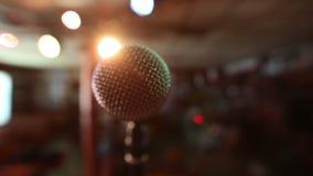 Mening van microfoon op stadium die leeg auditorium onder ogen zien Kleurrijke schijnwerpers stock videobeelden