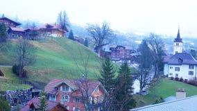 Mening van mistig Grindelwald-Dorp stock videobeelden