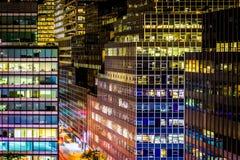 Mening van moderne architectuur langs 51ste Straat bij nacht, in Manha Stock Fotografie