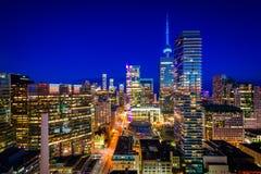 Mening van moderne gebouwen bij schemering in Toronto van de binnenstad, Ontari royalty-vrije stock afbeelding