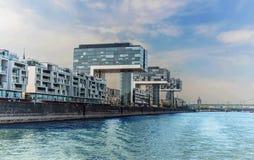 Mening van moderne gebouwen op de waterkant Keulen. Stock Fotografie