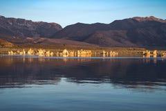 Mening van Monomeer in Californië ` s Oostelijk Sierra Nevada Mooie kleuren in het water en de hemel stock fotografie