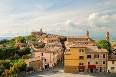 Mening van Montalcino-stad van de Vesting in Val D ` Orcia, Toscaan stock fotografie