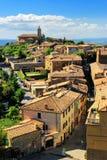 Mening van Montalcino-stad van de Vesting in Val D ` Orcia, Toscaan royalty-vrije stock foto's