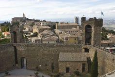 Mening van Montalcino-stad van zijn Kasteel, royalty-vrije stock afbeeldingen