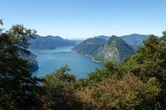 Mening van Monte Bre in de Golf van Lugano Royalty-vrije Stock Afbeelding