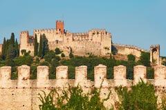 Mening van mooie middeleeuwse stad van Soave, Italië royalty-vrije stock fotografie