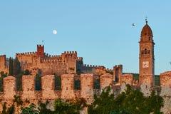 Mening van mooie middeleeuwse stad van Soave, Italië bij schemer royalty-vrije stock foto