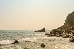 Mening van Mooie overzeese kust met bergmening bij zonsopgang of zonsondergangzonsondergang royalty-vrije stock fotografie