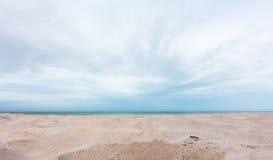 Mening van mooie strandzand en hemelachtergrond royalty-vrije stock foto's