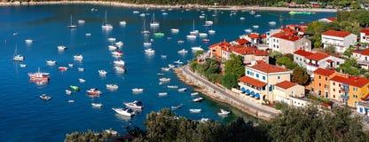 Mening van mooie toevluchtstad Rabac op Kvarner-Baai in Istria, Cr Royalty-vrije Stock Foto's