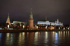 Mening van Moskou het Kremlin Moskou bij nacht stock foto