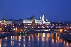 Mening van Moskou het Kremlin in de de winternacht. Rusland Stock Fotografie