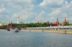 Mening van Moskou het Kremlin van de rivier van Moskou Royalty-vrije Stock Afbeelding