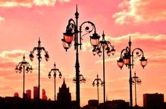 Mening van Moskou, straatlantaarns en wolkenkrabbers Stock Afbeelding