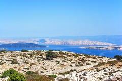 Mening van mountan Kamenjak van het eiland Rab aan het Adriatische Overzees met verschillende Kroatische eilanden stock afbeelding