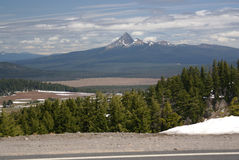 Mening van Mt Thielsen van Kratermeer, Oregon, de V.S. Stock Foto's