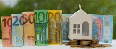 Mening van muntstukstapel met huismodel op groene achtergrond, besparingenplannen voor huisvesting, financieel concept, Hypotheek royalty-vrije stock afbeeldingen