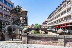 Mening van Museumsbrucke in het oude stadsdeel van Nuremberg royalty-vrije stock afbeelding