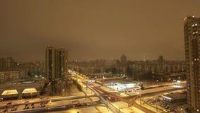 Mening van nacht door in stad wordt overgegaan die lichten gebouwen Cityscape De winter Timelapse stock video