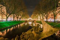 Mening van nacht Dusseldorf stock foto's