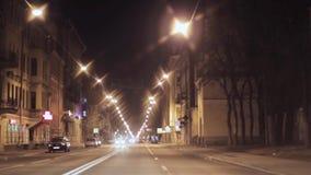 Mening van nachtstad en weg Camera binnen het drijven van auto stock video