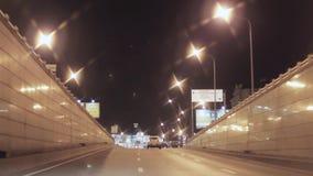 Mening van nachtstad en weg Camera binnen het drijven van auto stock videobeelden