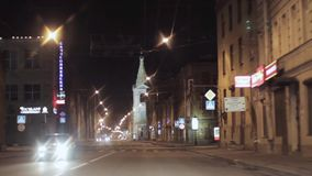 Mening van nachtstad en weg Camera binnen het drijven van auto stock footage