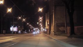 Mening van nachtstad en weg Camera binnen het drijven van auto De brug van de spoorweg stock footage