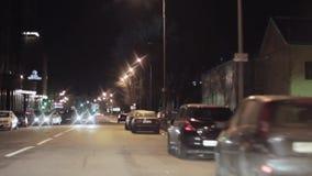 Mening van nachtstad en weg Camera binnen het drijven van auto, die net draait stock footage