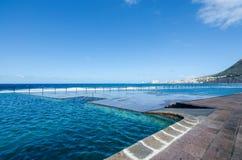 Mening van natuurlijke openluchtzwembaden in het kleine visserijdorp Bajamar Tenerife, Canarische Eilanden, Spanje Royalty-vrije Stock Fotografie