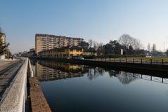 Mening van naviglio van Trezzano sul het kanaal wordt overdacht dat Royalty-vrije Stock Fotografie