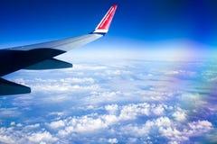 Mening van Noors vliegtuigvenster met blauwe hemel en witte wolken 08 07 2017 Palma de Mallorca, Spanje Stock Foto's