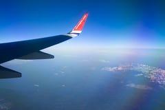 Mening van Noors vliegtuigvenster met blauwe hemel en witte wolken 08 07 2017 Palma de Mallorca, Spanje Royalty-vrije Stock Foto