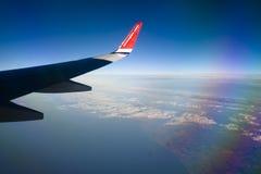Mening van Noors vliegtuigvenster met blauwe hemel en witte wolken 08 07 2017 Palma de Mallorca, Spanje Stock Fotografie